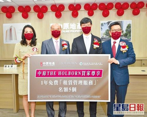 恒基韓家輝(右二)表示,THE HOLBORN首輪買家中,40歲以下佔54%。(左一)為李菲茹。